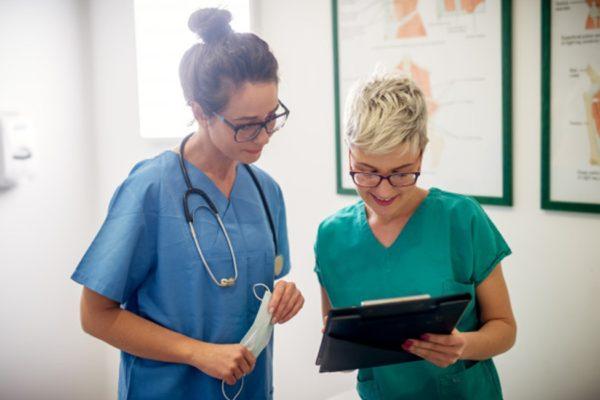 Qual é a diferença entre auxiliar e técnico de enfermagem?