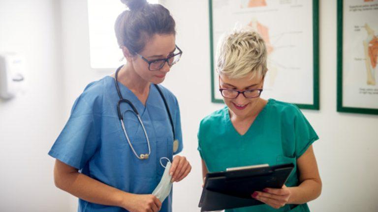 diferença entre auxiliar e técnico de enfermagem